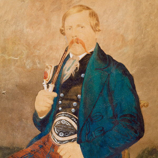 The gouache shows a seated Bavarian miller around 1840. The blond, pipe-smoking man with a reddish moustache wears a petrol-coloured jacket, underneath a black waistcoat with silver buttons, the checked trousers hold a wide leather belt with quill stitching.