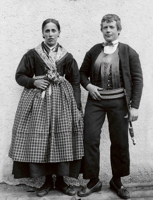 Black and white photograph of a couple in traditional costume from the Sarntal in South Tyrol, about 1910.